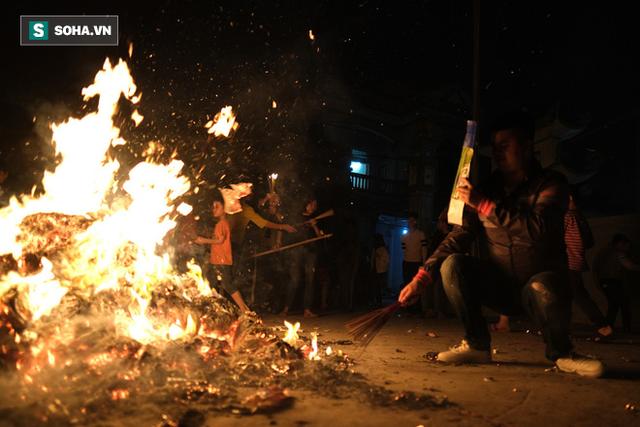 Tục lấy lửa độc đáo mang may mắn từ đình làng về tới nhà ở Hà Nội - Ảnh 15.