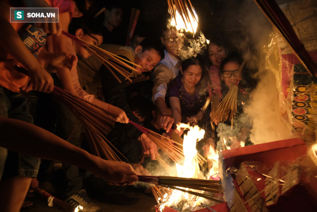 Tục lấy lửa độc đáo mang may mắn từ đình làng về tới nhà ở Hà Nội - Ảnh 6.