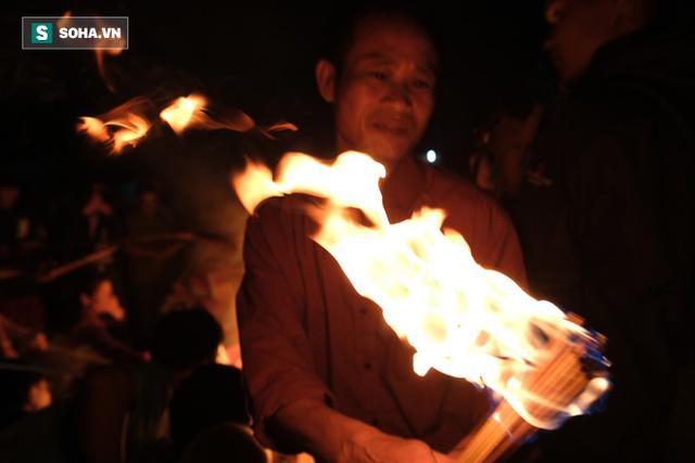 Tục lấy lửa độc đáo mang may mắn từ đình làng về tới nhà ở Hà Nội - Ảnh 7.