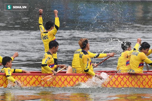 Hàng nghìn người chen chân chật kín mép hồ Tây xem đua thuyền rồng - Ảnh 16.