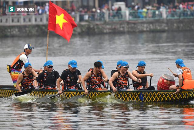 Hàng nghìn người chen chân chật kín mép hồ Tây xem đua thuyền rồng - Ảnh 5.
