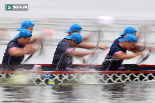 Hàng nghìn người chen chân chật kín mép hồ Tây xem đua thuyền rồng - Ảnh 6.