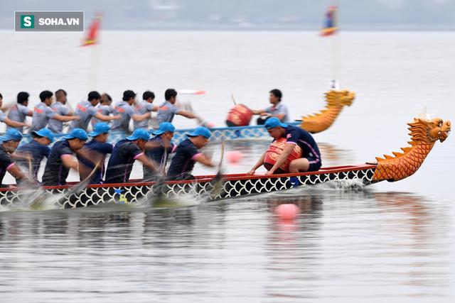 Hàng nghìn người chen chân chật kín mép hồ Tây xem đua thuyền rồng - Ảnh 7.