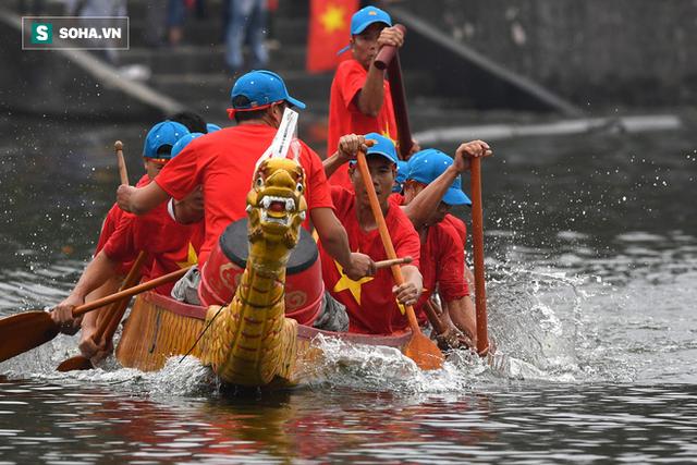 Hàng nghìn người chen chân chật kín mép hồ Tây xem đua thuyền rồng - Ảnh 8.