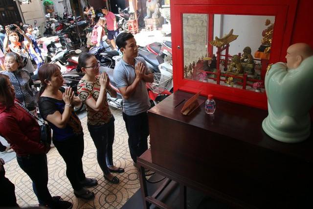 Đầu năm, dân Sài Gòn đội nắng xin quẻ ở máy nhả xăm tự động trong chùa - Ảnh 13.