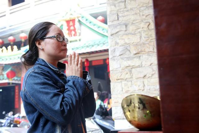 Đầu năm, dân Sài Gòn đội nắng xin quẻ ở máy nhả xăm tự động trong chùa - Ảnh 14.