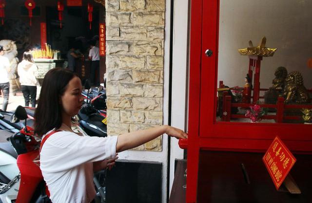 Đầu năm, dân Sài Gòn đội nắng xin quẻ ở máy nhả xăm tự động trong chùa - Ảnh 16.