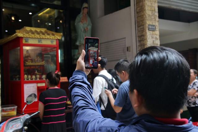 Đầu năm, dân Sài Gòn đội nắng xin quẻ ở máy nhả xăm tự động trong chùa - Ảnh 19.