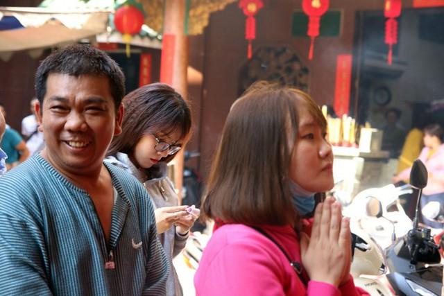 Đầu năm, dân Sài Gòn đội nắng xin quẻ ở máy nhả xăm tự động trong chùa - Ảnh 20.