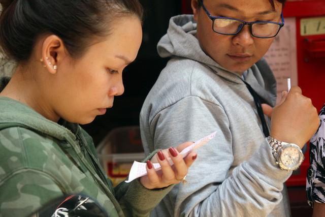 Đầu năm, dân Sài Gòn đội nắng xin quẻ ở máy nhả xăm tự động trong chùa - Ảnh 21.
