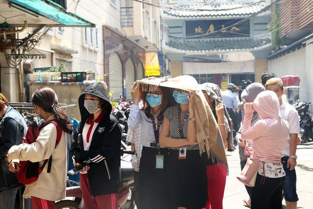 Đầu năm, dân Sài Gòn đội nắng xin quẻ ở máy nhả xăm tự động trong chùa - Ảnh 5.
