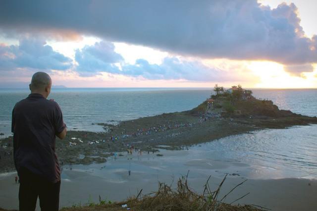 CLIP: Ngàn người rẽ biển viếng ngôi miếu linh thiêng  - Ảnh 6.