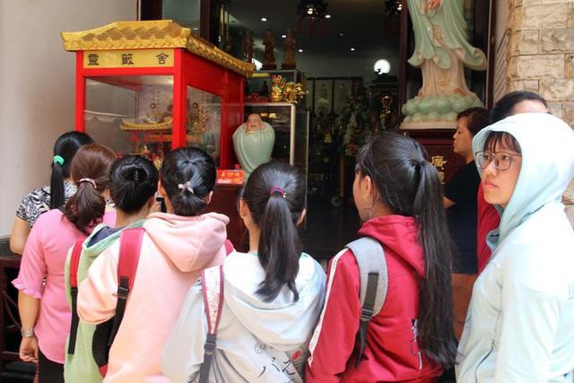 Đầu năm, dân Sài Gòn đội nắng xin quẻ ở máy nhả xăm tự động trong chùa - Ảnh 6.