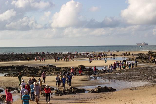 CLIP: Ngàn người rẽ biển viếng ngôi miếu linh thiêng  - Ảnh 8.