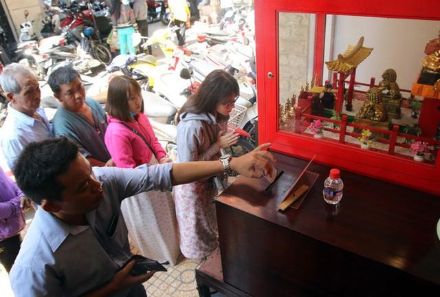 Đầu năm, dân Sài Gòn đội nắng xin quẻ ở máy nhả xăm tự động trong chùa - Ảnh 8.
