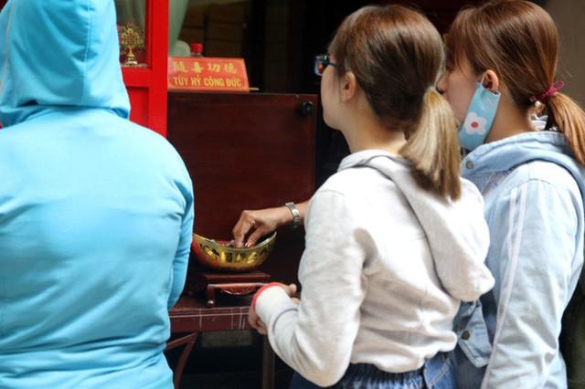 Đầu năm, dân Sài Gòn đội nắng xin quẻ ở máy nhả xăm tự động trong chùa - Ảnh 10.