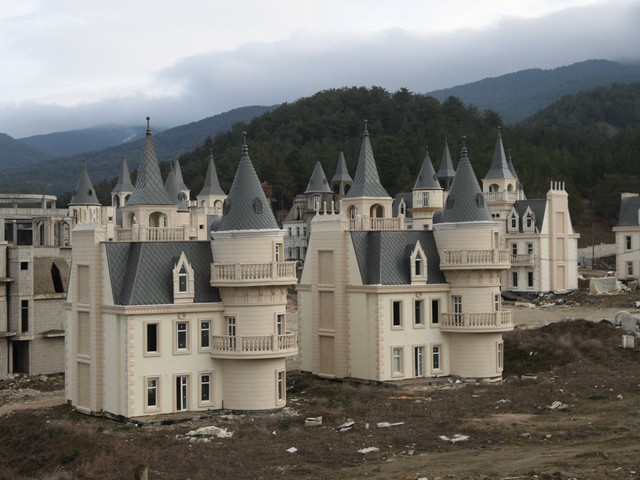6 dự án bất động sản bỏ hoang kỳ lạ nhất trên thế giới - Ảnh 10.