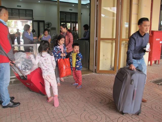Khách nghỉ Tết hối hả đổ về ga Hà Nội, tàu ken kín chỗ - Ảnh 1.