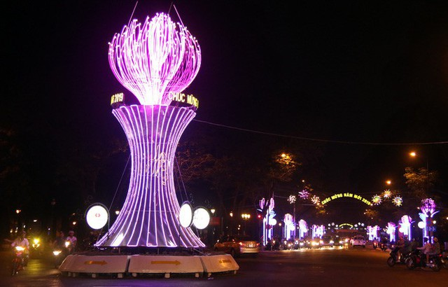 Đường phố Sài Gòn lung linh huyền ảo trong những ngày cuối năm - Ảnh 1.