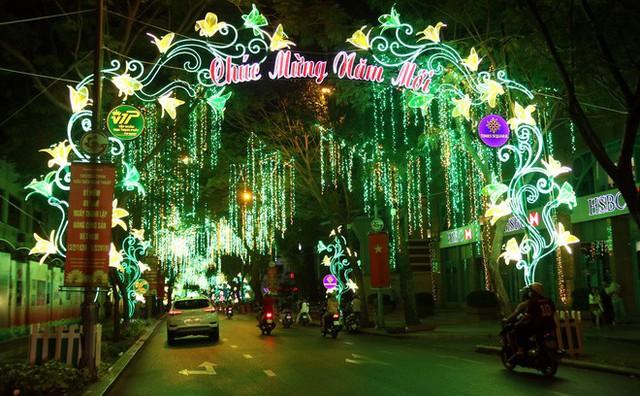 Đường phố Sài Gòn lung linh huyền ảo trong những ngày cuối năm - Ảnh 12.