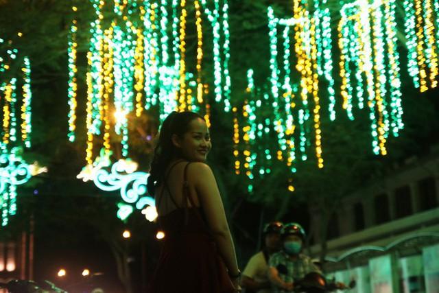 Đường phố Sài Gòn lung linh huyền ảo trong những ngày cuối năm - Ảnh 15.