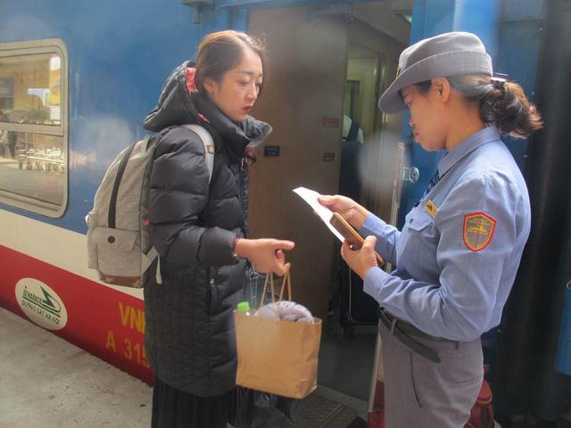 Khách nghỉ Tết hối hả đổ về ga Hà Nội, tàu ken kín chỗ - Ảnh 2.