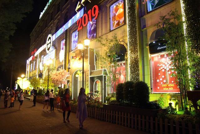 Đường phố Sài Gòn lung linh huyền ảo trong những ngày cuối năm - Ảnh 3.