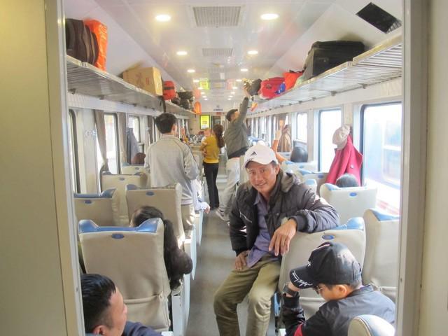 Khách nghỉ Tết hối hả đổ về ga Hà Nội, tàu ken kín chỗ - Ảnh 3.
