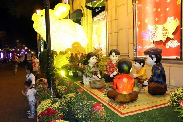 Đường phố Sài Gòn lung linh huyền ảo trong những ngày cuối năm - Ảnh 4.