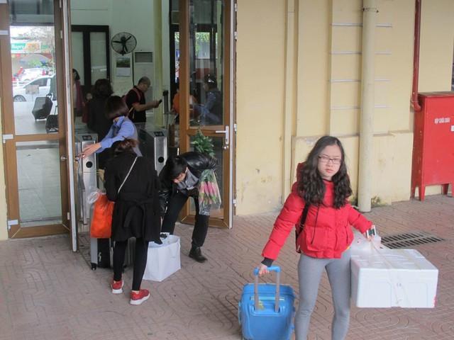 Khách nghỉ Tết hối hả đổ về ga Hà Nội, tàu ken kín chỗ - Ảnh 4.