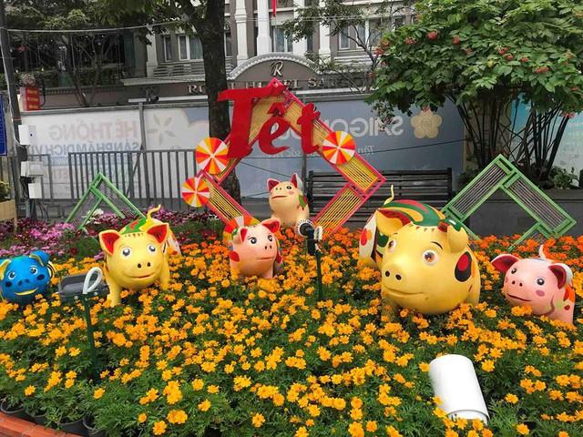 Những chú heo ngộ nghĩnh trên đường hoa Nguyễn Huệ - Ảnh 6.