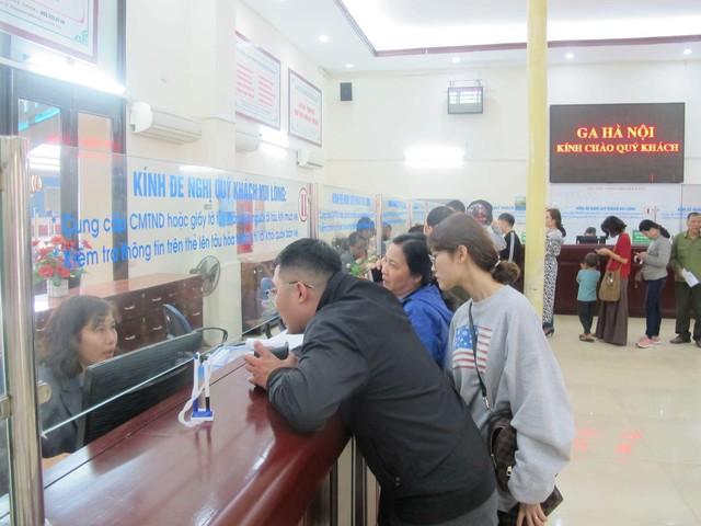 Khách nghỉ Tết hối hả đổ về ga Hà Nội, tàu ken kín chỗ - Ảnh 5.