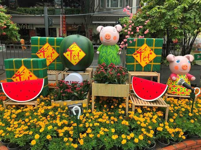 Những chú heo ngộ nghĩnh trên đường hoa Nguyễn Huệ - Ảnh 7.
