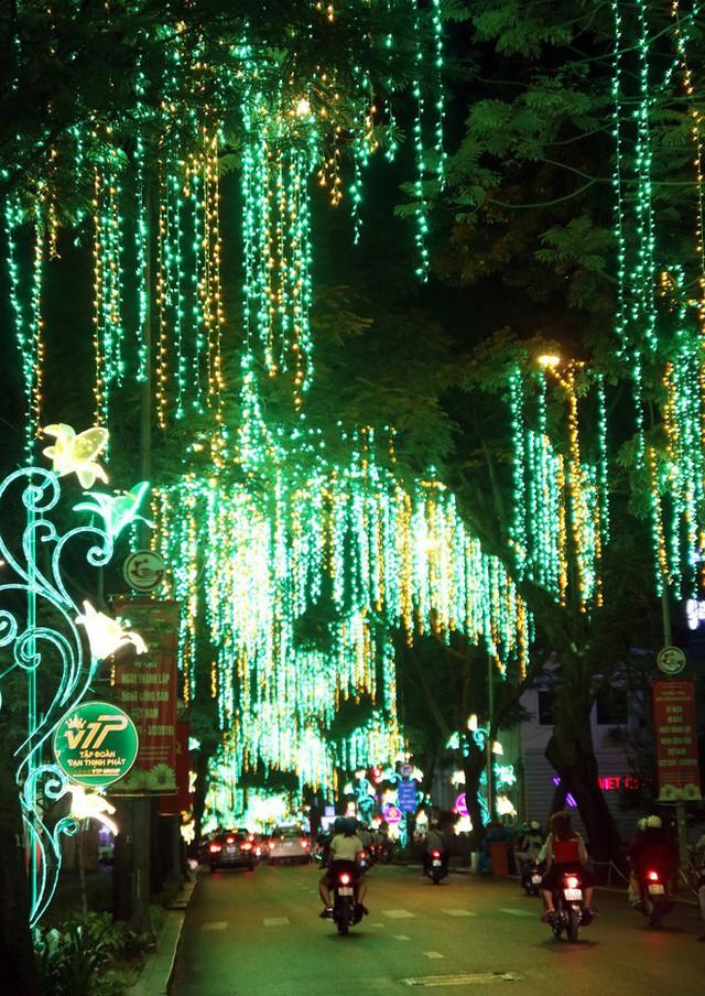 Đường phố Sài Gòn lung linh huyền ảo trong những ngày cuối năm - Ảnh 8.
