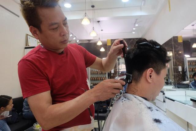 Người Hà Nội xếp hàng để cắt kiểu tóc của ông Donald Trump và ông Kim Jong Un - Ảnh 2.