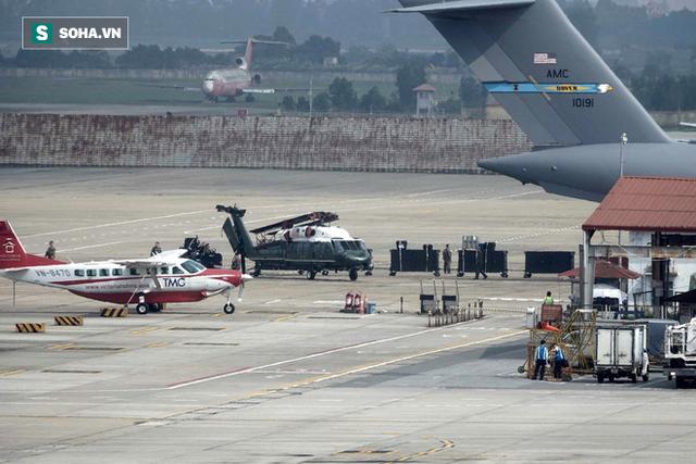 [NÓNG] Ngựa thồ C-17 Mỹ đáp xuống sân bay Nội Bài, thả siêu trực thăng Marine One của TT Trump - Ảnh 6.