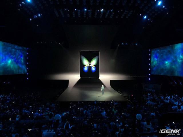 Smartphone màn hình gập Samsung Galaxy Fold chính thức ra mắt: Giá 1980 USD, màn hình 4.6 inch gập mở thành 7.3 inch, RAM 12GB, 6 camera, bộ nhớ trong 512GB UFS 3.0 - Ảnh 1.