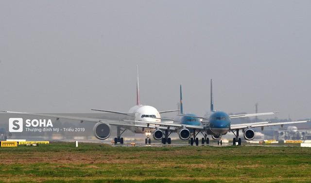 [CHÙM ẢNH] Đường băng đông như trẩy hội, C-17 Mỹ xếp hàng chờ cất cánh ở Nội Bài - Ảnh 2.