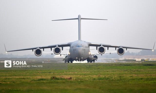 [CHÙM ẢNH] Đường băng đông như trẩy hội, C-17 Mỹ xếp hàng chờ cất cánh ở Nội Bài - Ảnh 12.