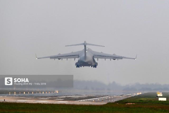 [CHÙM ẢNH] Đường băng đông như trẩy hội, C-17 Mỹ xếp hàng chờ cất cánh ở Nội Bài - Ảnh 13.
