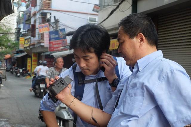 Báo chí nước ngoài đổ bộ vào quán cắt tóc kiểu ông Donald Trump và ông Kim Jong Un - Ảnh 6.