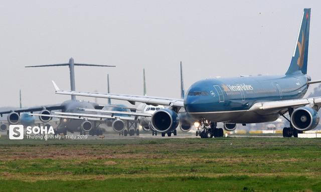[CHÙM ẢNH] Đường băng đông như trẩy hội, C-17 Mỹ xếp hàng chờ cất cánh ở Nội Bài - Ảnh 10.