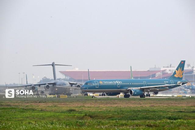 [CHÙM ẢNH] Đường băng đông như trẩy hội, C-17 Mỹ xếp hàng chờ cất cánh ở Nội Bài - Ảnh 11.