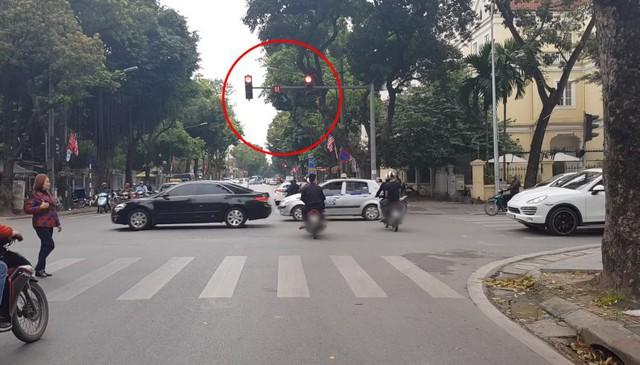 Bức xúc clip nhóm thanh niên đi xe máy phát tờ rơi như xả rác, lạng lách, vượt đèn đỏ giữa trung tâm Hà Nội - Ảnh 2.