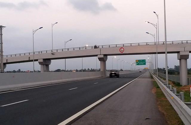 Hàng loạt ô tô trên cao tốc Hạ Long – Hải Phòng bị ném đá - Ảnh 2.