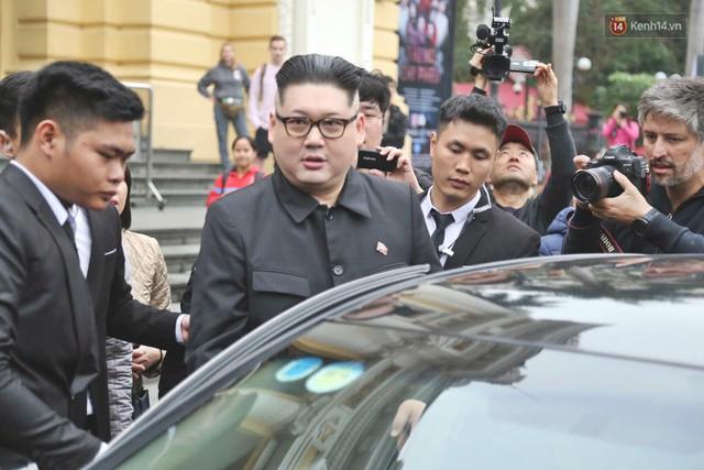 Bản sao của ông Kim Jong-un và Donald Trump bất ngờ xuất hiện tại Hà Nội, bị người dân và phóng viên vây kín - Ảnh 11.