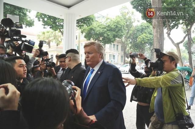Bản sao của ông Kim Jong-un và Donald Trump bất ngờ xuất hiện tại Hà Nội, bị người dân và phóng viên vây kín - Ảnh 7.