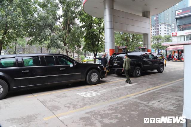 Cận cảnh Quái thú của Tổng thống Trump đổ xăng ở Hà Nội - Ảnh 2.
