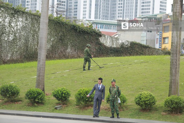Công binh dò mìn tại các khách sạn lớn ở Hà Nội - Ảnh 2.