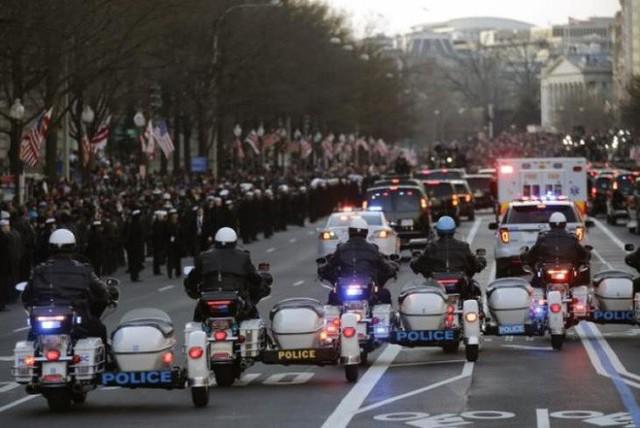 Choáng ngợp trước sự chặt chẽ và lợi hại khó tin của đoàn siêu xe hộ tống tổng thống Mỹ - Ảnh 19.